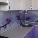 Стеклянные скинали для отделки рабочих зон кухни